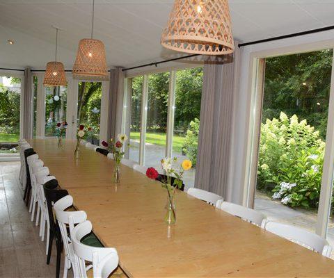 De serre is verbonden met de vergader ruimte en biedt uitzicht op de tuin en het Hijkerveld.