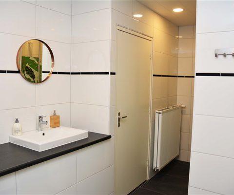 Ruime badkamers in groepsaccommodatie in hartje Drenthe.