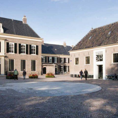 Het Hiekerhoes ligt vlakbij Assen, waar je het Drents museum vindt.