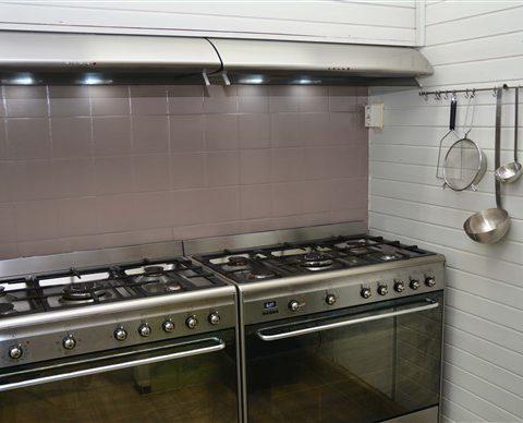 Groepshuis in Drenthe samen kokkerellen in de compleet uitgeruste keuken.