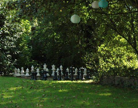 Schaken in de tuin tijdens familieweekend of vriendenweekend in het Hiekerhoes in Drenthe.