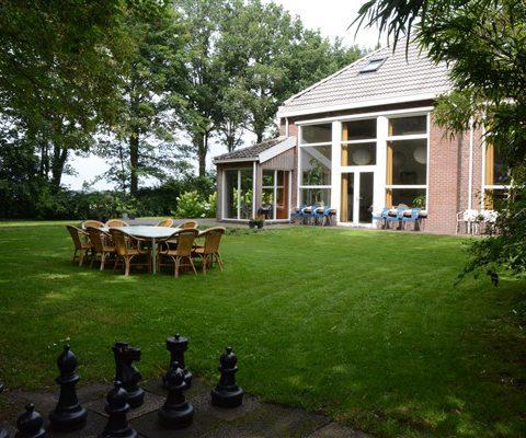 Groepsaccommodatie met ruime besloten tuin met schaakspel in hartje Drenthe.