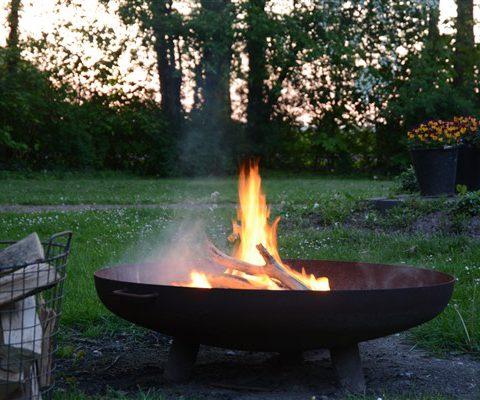 Vuurplaats in de tuin bij groepsaccommodatie het Hiekerhoes in Drenthe.