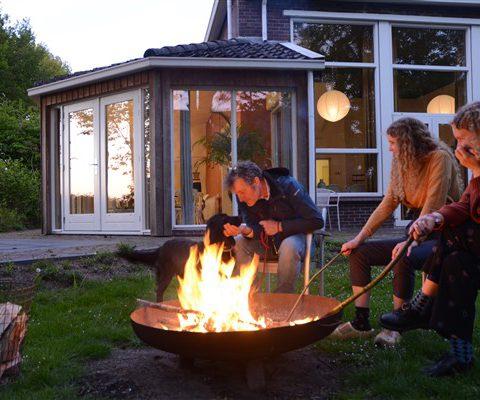 Groepshuis met ruime tuin met vuurschaal voor familieweekend of vriendenweekend in Drenthe.